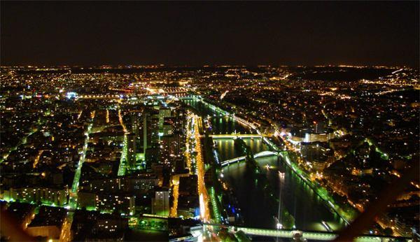 Париж…! Как много в этом звуке…. На Эйфелевой башне есть три обзорных площадки: на высоте 57, 115 и 276 метров соответственно.Фото: dkphoto.livejournal.com
