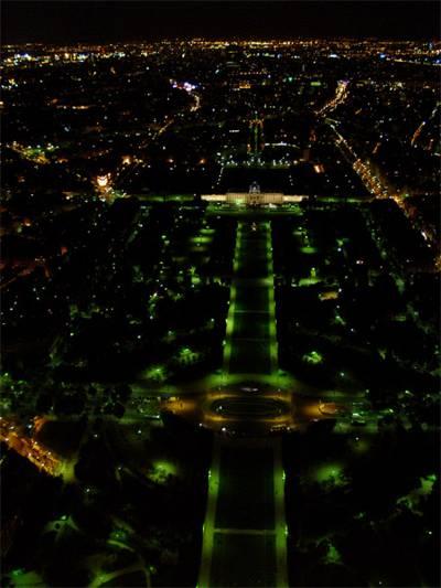 Париж…! Как много в этом звуке…. В центре кадра – Марсово поле (Champs-de-Mars) и расположенная за ним Военная школа (Ecole Militaire).Фото: dkphoto.livejournal.com