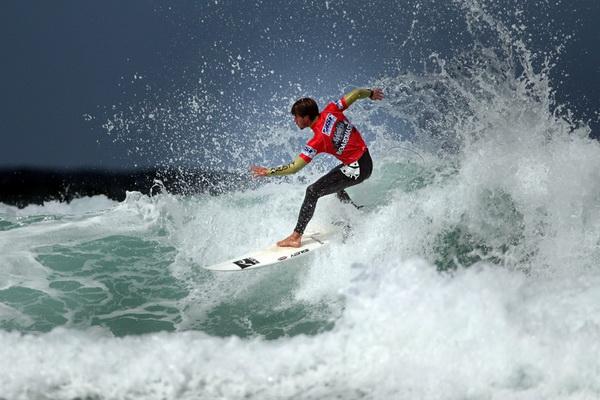 Винсент Дювинак из Франции участвует в соревновании «Association of Surfing Professionals Relentless Boardmasters 5 Star Event» на пляже Фистрол 5 августа в Ньюквэе, Англия. Фото: Matt Cardy/Getty Images