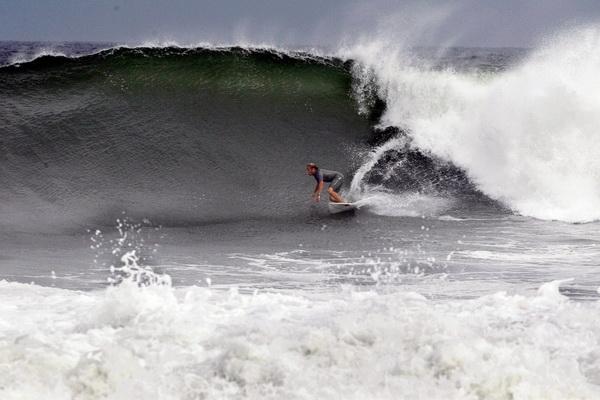 Серфингист Дэниел МакГиллис оседлал волну у берегов Белмара, штат Нью-Джерси, 3 сентября. Фото: Mel Evans