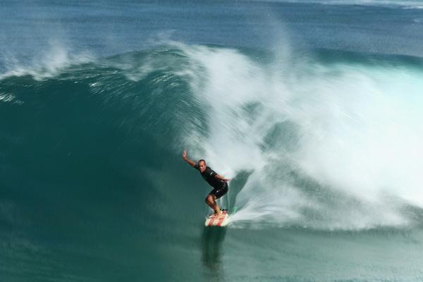 Серфингист оседлал волну на восточном побережье Австралии в Бронте Бич 18 сентября в Сиднее. Волны высотой около 3 метров – не редкость у берегов Сиднея. Иногда они бывают очень опасными. Новый мировой рекорд был установлен в Тасмании 16 сентября – там волна достигла 18,4 метров. Фото: Cameron Spencer/Getty Images