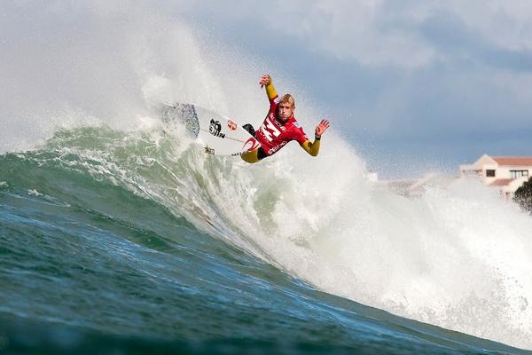 Мик Фаннинг из Австралии участвует в соревновании по серфингу «Billabong Pro Jeffreys Bay» в Джеффрис Бэй, ЮАР, 15 июля. Фото: Kelly Cestari