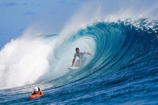 Бывший трехкратный чемпион мира по серфингу Энди Айронс из Кауаи, Гавайи, плывет под волной 3 сентября. Айронс одержал свою первую победу за три года, обойдя в финале Си Джея Хобгуда. Фото: Kirstin Scholtz