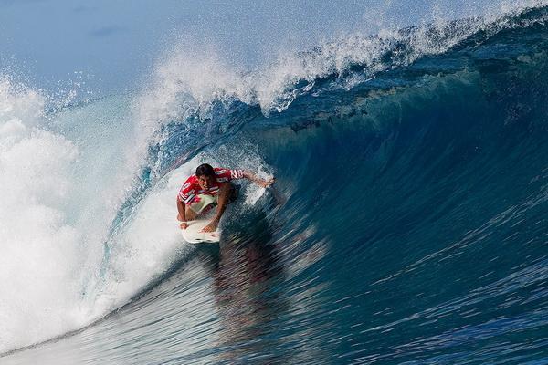 Адриано Де Соуза из Бразилии участвует в соревновании «Billabong Pro Tahiti» на Таити 30 августа. Он выиграл первый этап соревнования, обойдя Тимми Рейса и Роя Пауэрса. Фото: Kirstin Scholtz