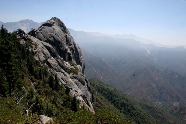 Моро Рок – отличная точка обзора в национальном парке Секвойя в Калифорнии. Она расположена в центре парка. В скале вырезана лестница, чтобы посетители могли взбираться на самую вершину. С горы открывается просто великолепный вид. Фото с сайта: bigpicture.ru
