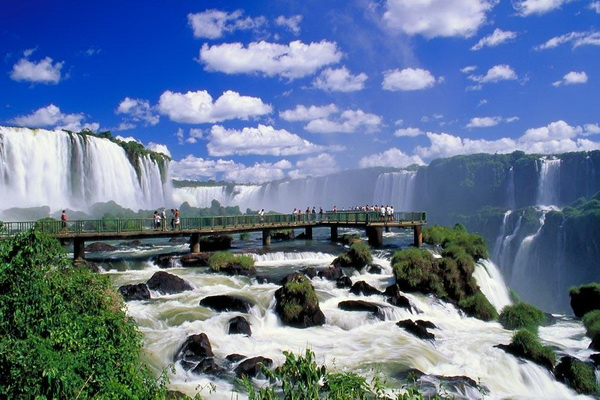 Смотровая площадка у водопада Игуасу. Фото с сайта: lookandtravel.ru