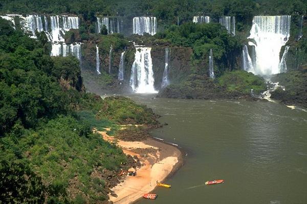 Прогулка на лодке у водопада Игуасу. Фото с сайта: lookandtravel.ru