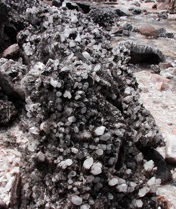 Долина кристаллов, усыпанная поверхность гранёными кристаллами кварца – переливается, играет на свету. Фото с сайта: lookandtravel.ru