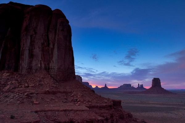 Сумерки в Долине монументов на стыке Аризоны и Юты. Фото: Джейсон Сэмпсон