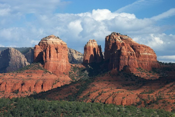 Скала под названием Собор, расположенная неподалеку от Секретного каньона. Фото: Джейсон Сэмпсон