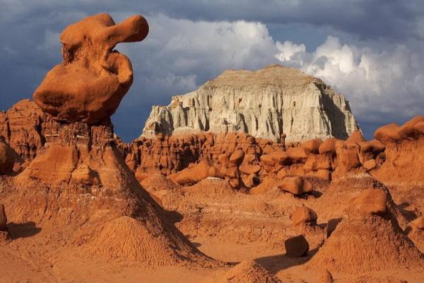Долина Гоблинов в Юте. Названа так из-за необычных каменных образований, напоминающих по форме сказочных существ. Фото: Джейсон Сэмпсон