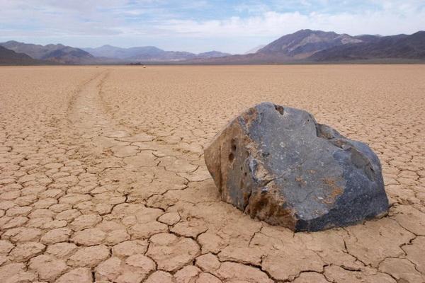 Одна из загадок Долины смерти - ползающие камни. Фото: Джейсон Сэмпсон