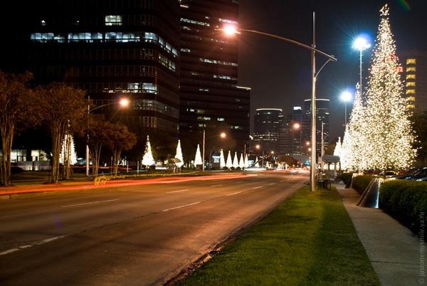 Не обходит Новый Год стороной и городские улицы, на многих из них ставят елки. Фото с сайта: bigpicture.ru