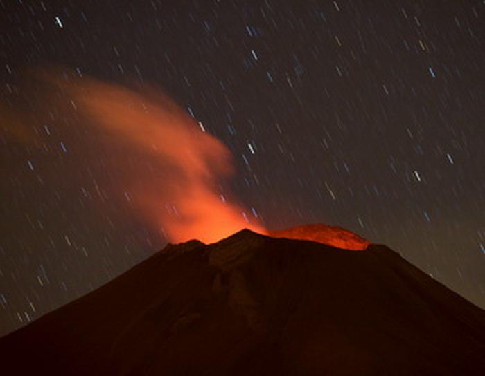 Землетрясения и вулканы могут опустошить целые регионы. Вулкан в Мексике. Фото: AFP/Getty Images
