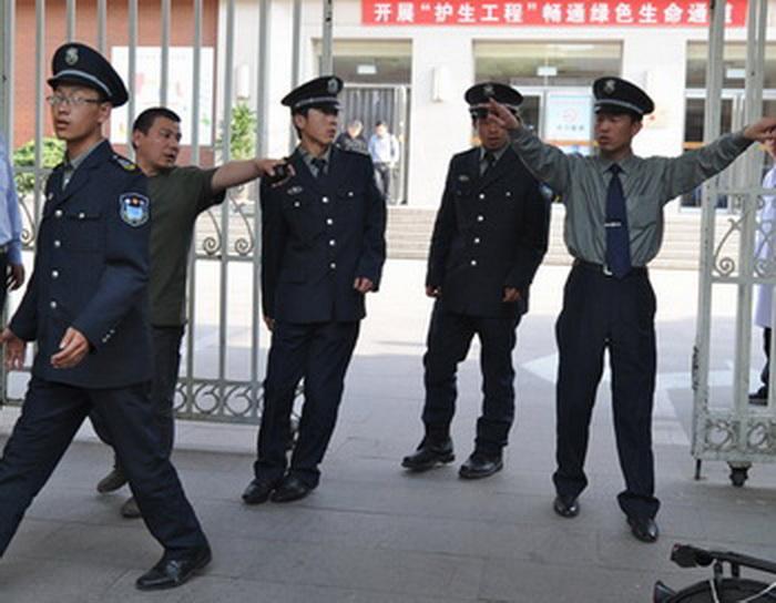 Полиция готовится к вытеснению журналистов, пытающихся увидеть слепого правозащитника Чэнь Гуанчэна в больнице Чаоян, Пекин, 2 мая. Фото: AFP/GettyImages