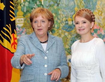 Ангела Меркель во время визита в Украину в 2008 году. Фото: SERGEI SUPINSKY/AFP/Getty Images)