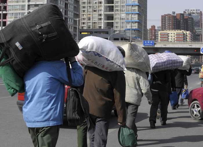 Миллионы китайцев зарабатывают себе на жизнь в качестве рабочих-мигрантов. Фото: LIU JIN/AFP/Getty Images