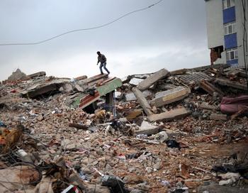 Разрушения при землетрясениях. Фото: Dimitar Dilkoff/Getty Images