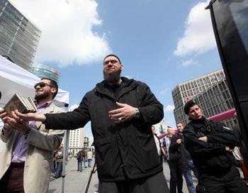 Исламисты распространяют коран в Берлине. Фото: Adam Berry/Getty Images