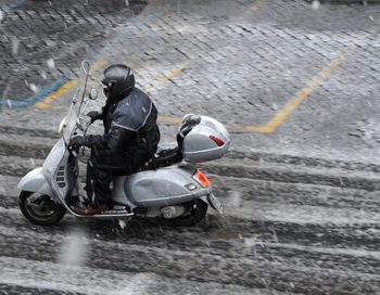 Водителей скутеров обязуют получать водительские права. Фото: Gabriel Bouys/Getty Images