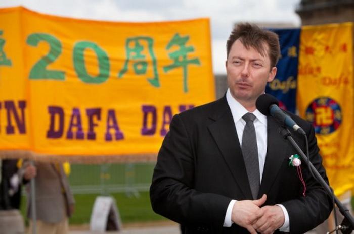 Член парламента Канады из консервативной партии Роб Андерс выступает во время празднования Дня Фалунь Дафа на Парламентском холме 9 мая. Фото: Эван Нин/Великая Эпоха