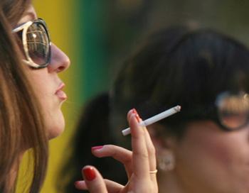 Курение в общественных местах. Фото РИА Новости