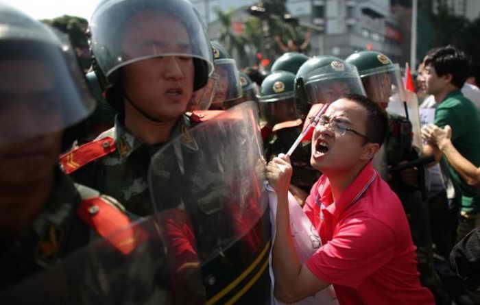 Китайские протестующие столкнулись с полицией во время акции по поводу спорных островов Сенкаку, 16 сентября 2012 года, Шэньчжэнь, Китай. Фото: Lam Yik Fei/AFP/Getty Images