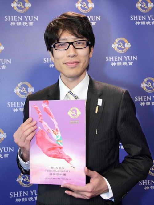 Г-н Цунэясу Такеда, критик и преподаватель в японском Университета Кейо, побывал 30 марта на представлении труппы Shen Yun в уезде Таоюань, Тайваня. Фото: Liang Sujing/The Epoch Times)