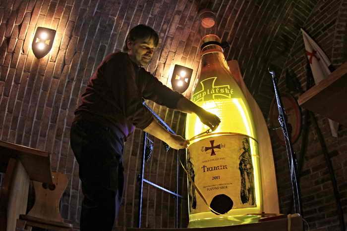 Рекордная бутыль изготовлена в честь тамплиеров. Фото: RADEK MICA/AFP/Getty Images