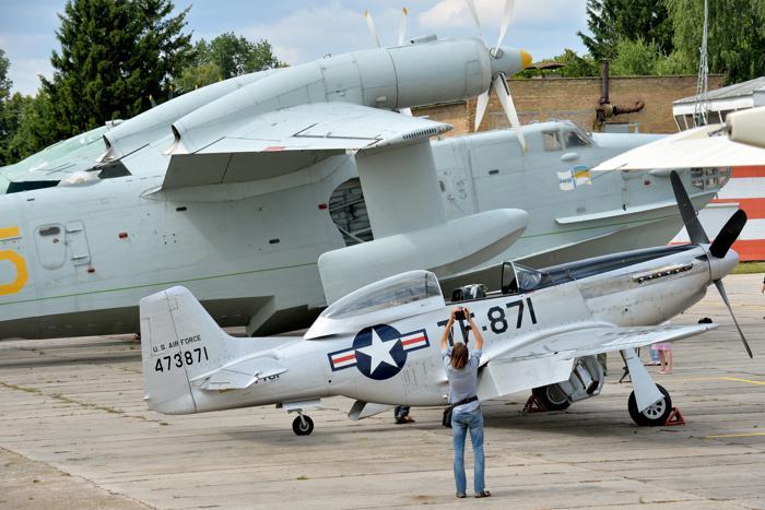 Мужчина фотографирует НАС P-51D «Мустанг» в музее авиации Киева 1 июля 2013 года. Фото: SERGEI SUPINSKY/AFP/Getty Images