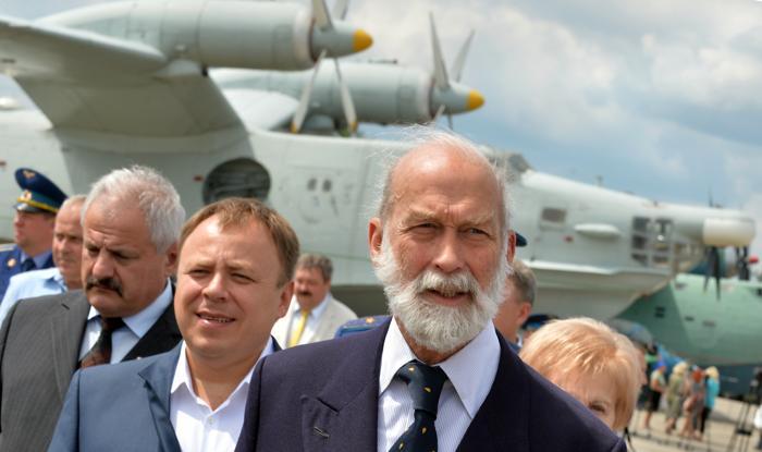 Принц Майкл Кентский (п) прибыл на фестиваль ретро-самолётов в музей авиации Киева 1 июля 2013 года. Фото: SERGEI SUPINSKY/AFP/Getty Images