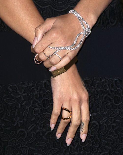 Певица Рианна носит слейв-браслет. Фото: David Livingston/Getty Images