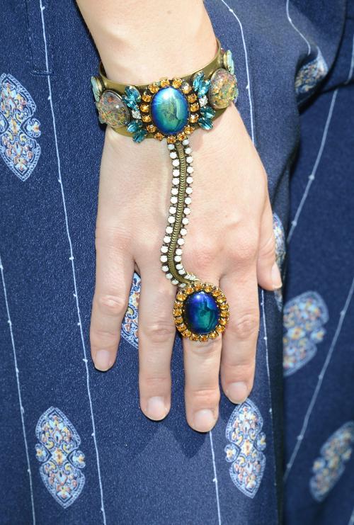 Актриса София Буш носит слейв-браслет. Фото: Michael Kovac/Getty Images for H&M