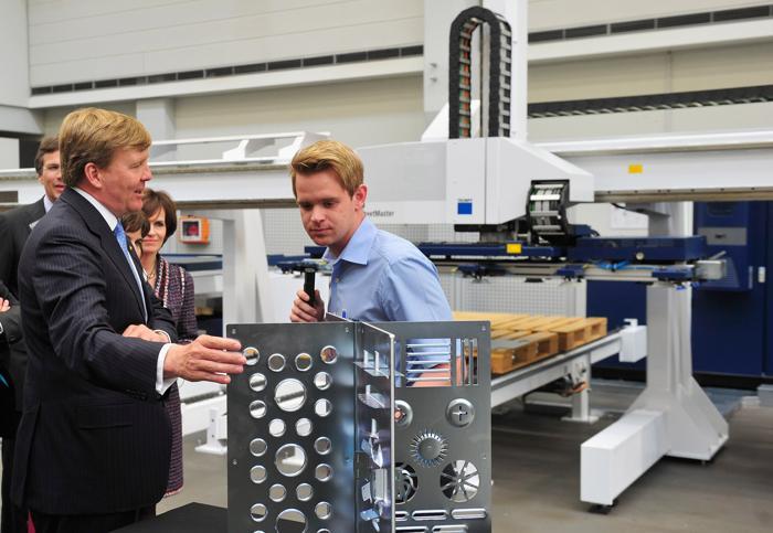 Король Виллем-Александр побеседовал с сотрудниками высокотехнологичной компании Trumpf. Фото: Lennart Preiss/Getty Images