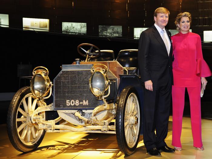 Король Виллем-Александр с женой королевой Максимой посетили музей Mercedes-Benz. Фото: : Daniel Kopatsch/Getty Images