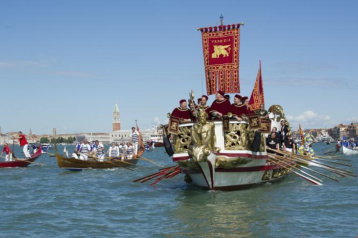 Шествие исторических лодок прошло в Венеции. Фото: Marco Secchi/Getty Images