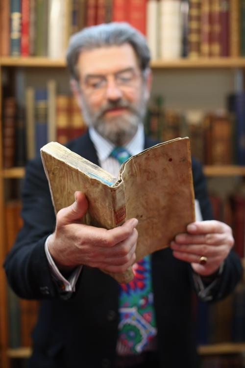 Редкие экземпляры представлены на Международной антикварной ярмарке книг Лондона в центре Олимпия до 15 июня 2013 года. Фото: Oli Scarff/Getty Images