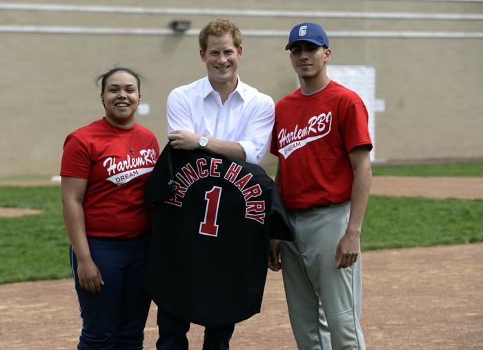 Принц Гарри сыграл в бейсбол с школьниками в районе Гарлем Нью-Йорка. Фото: TIMOTHY CLARY/AFP/Getty Images