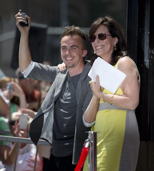 Джейн Качмаре и Фрэнки Муниз прибыли на церемонию закладки именной звезды Брайана Крэнстона на голливудской аллее Славы 16 июля 2013 года. Фото: Michael Buckner/Getty Images
