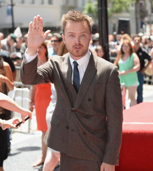 Аарон Пол прибыл на церемонию закладки именной звезды Брайана Крэнстона на голливудской аллее Славы 16 июля 2013 года. Фото: Michael Buckner/Getty Images