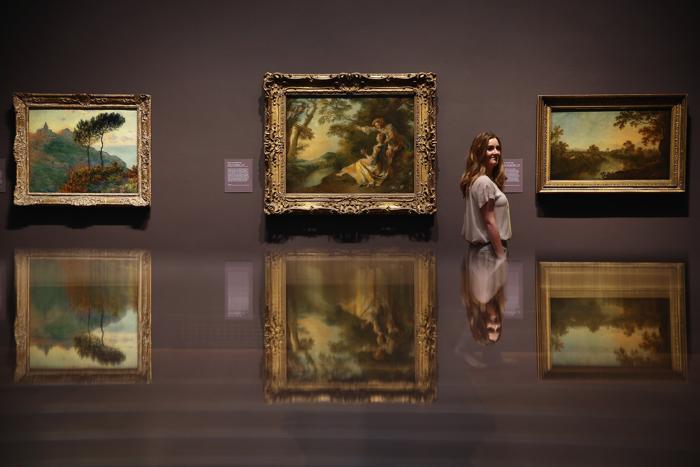(л-п) Картина Уильяма Тёрнера «Восход солнца в тумане» 1809 года , Николя Ланкре «Влюбленные в Пейзаж» 1736 года и Ричард Уилсон «Долина реки Ди» 1759 года на выставке «Рождение коллекции» в Национальной галерее Лондона 21 мая 2013 года. Фото: Dan Kitwood/Getty Images for Barber Institute of Fine Arts