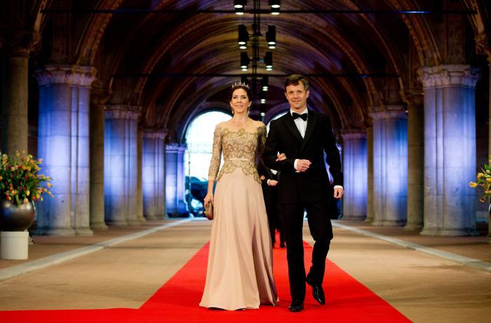 Принцесса Дании Мэри с принцем Дании на приёме в Нидерландах в честь передачи престола принцу Виллему-Александру. Фото: Robin Utrecht - Pool/Getty Images