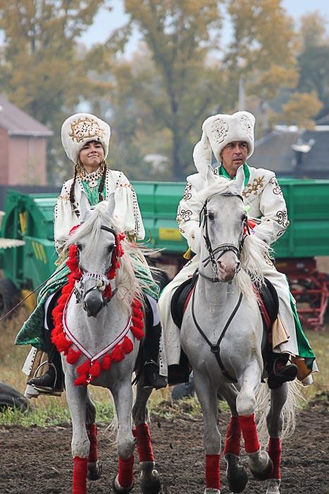 Участники национальной игры «Догони девушку» — «Кыз – куу». Фото: Иван Чанков