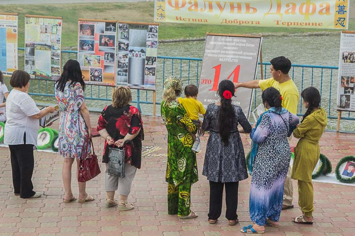 Акция последователей школы Фалуньгун г. Абакана. Фото: Сергей Тугужеков/Великая Эпоха (The Epoch Times)