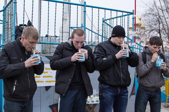 Первый конкурс. Кто первый из участников через трубочку выпьет литр молока? Фото: Сергей Тугужеков/Великая Эпоха (The Epoch Times)