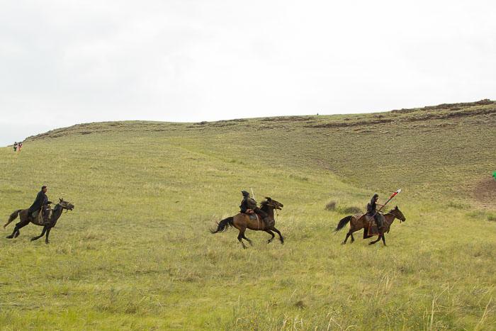 ... и конница, во главе с самим Хара Ханом, напали на дворец Нефритовой Принцессы. Фото: Сергей Тугужеков/Великая Эпоха (The Epoch Times)