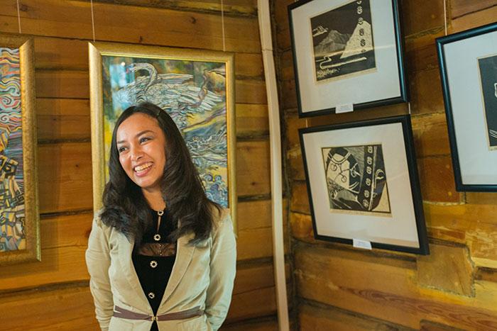 Молодая художница Дережанова В.Д. рассказывает о своих работах. Фото: Николай Ошкай/Великая Эпоха (The Epoch Times)