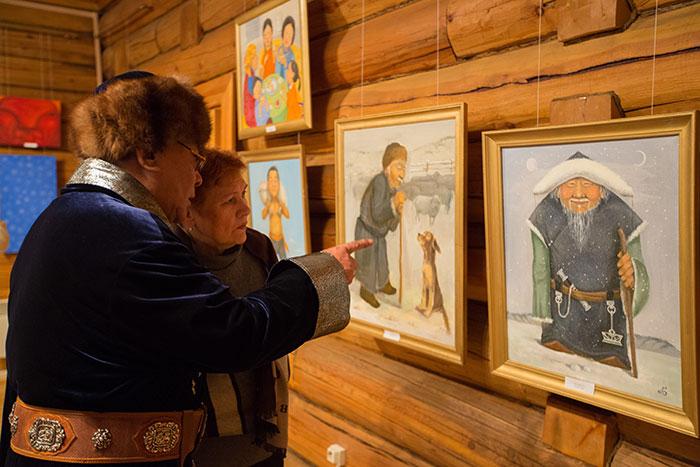Старейшина бурятской общины Ким Макаров рассказывает о национальных традициях. Фото: Николай Ошкай/Великая Эпоха (The Epoch Times)