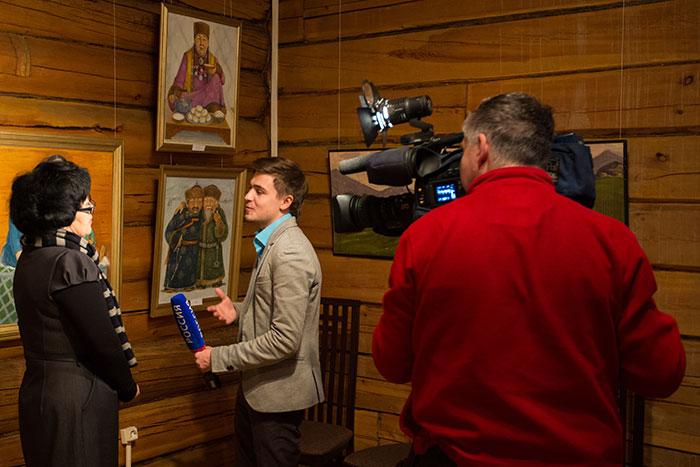 Художница Л.А. Бертакова даёт интервью телевидению. Фото: Николай Ошкай/Великая Эпоха (The Epoch Times)