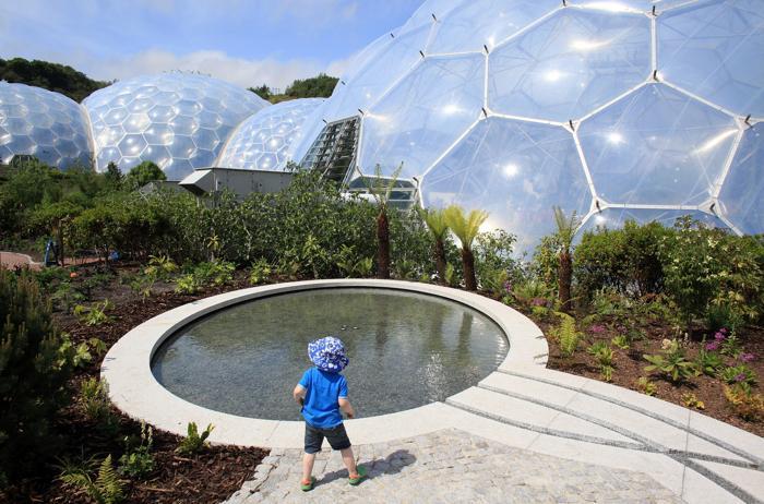 Бассейн в саду перед биомом Eden Project в Корнуолле. Фото: Matt Cardy/Getty Images